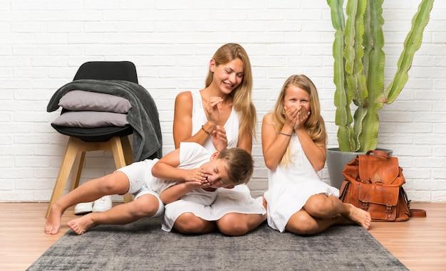 Madre felice con i suoi due figli al chiuso Foto Premium