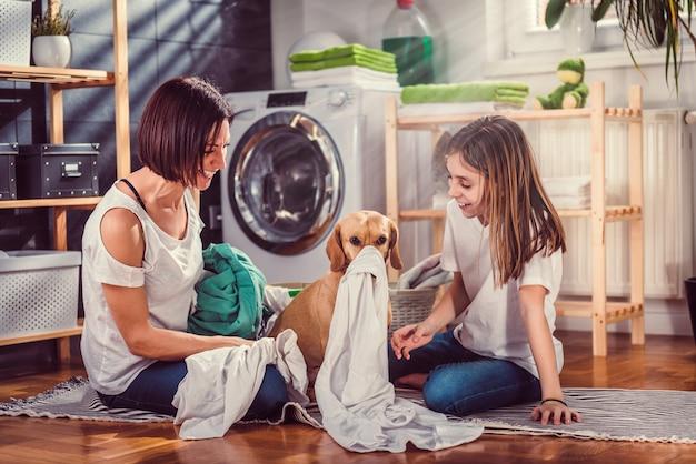 Madre, figlia e cane divertirsi in lavanderia Foto Premium