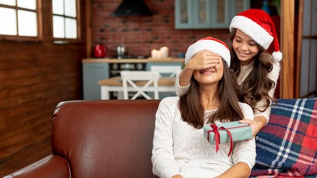 Madre sorpresa della ragazza del tiro medio con il regalo Foto Gratuite