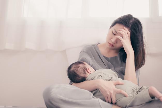 Madre stanca che soffre di depressione postnatale. maternità materna single single stressante. Foto Premium