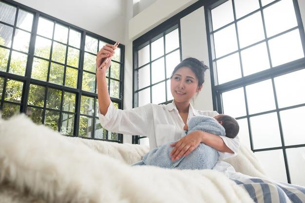 Madri e bambini adolescenti stanno prendendo selfie. Foto Premium