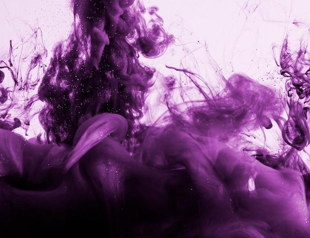 Maestosa nuvola di fumo viola in acqua Foto Gratuite