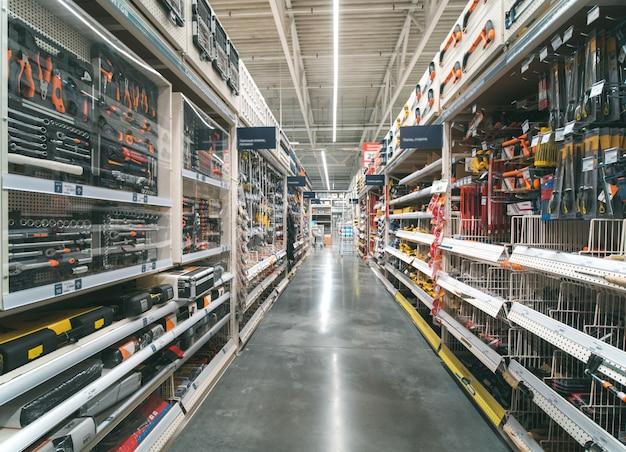 Magazzino corridoio di materiali da costruzione nel negozio industriale Foto Premium