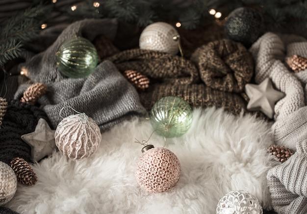 Maglione lavorato a maglia e decorazioni natalizie, vista dall'alto. natura morta Foto Gratuite