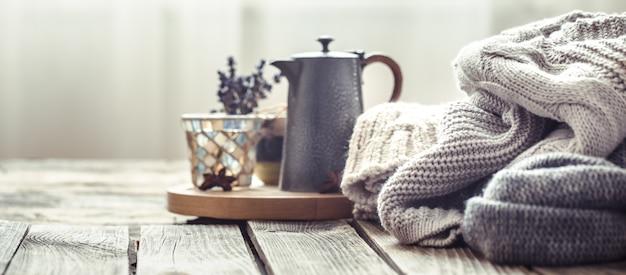 Maglioni lavorati a maglia su un fondo di legno all'interno Foto Gratuite