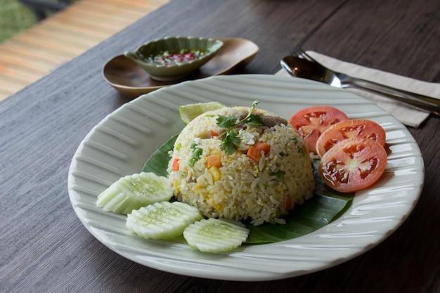 Maiale con riso fritto. Foto Premium