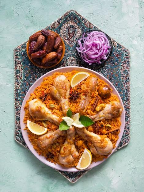 Majboos di pollo del qatar - piatto nazionale del bahrain e del qatar. cucina araba. Foto Premium