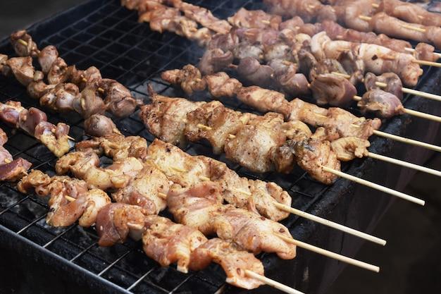 Mala, maiale alla griglia salsa grill con pepe di sichuan, cibo thai street Foto Premium
