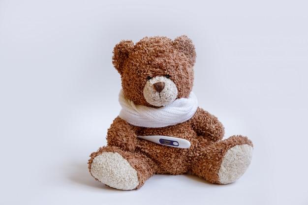 Malattie infantili dell'orsacchiotto di concetto su fondo bianco Foto Premium