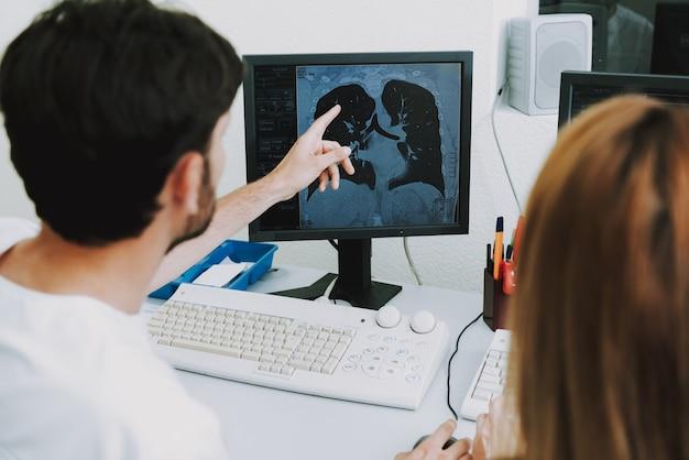 Malattie oncologiche dei polmoni da tubercolosi su ct Foto Premium