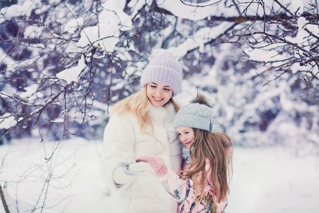 Mamma alla moda che gioca con la piccola figlia carina Foto Premium