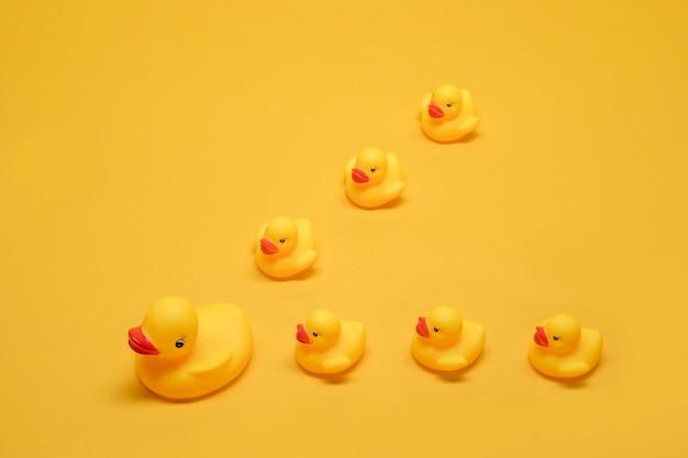 Mamma anatra da bagno con bambini Foto Gratuite