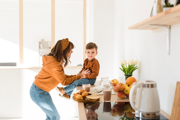 Mamma che fa ridere suo figlio Foto Gratuite