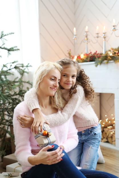 Mamma e figlia in soggiorno decorato di natale Foto Gratuite