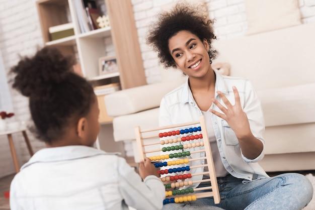 Mamma e figlia sono impegnate in matematica sui conti. Foto Premium