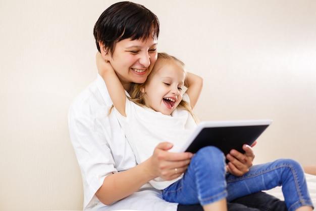 Mamma e figlia utilizzando tablet madre e figlia utilizzando tablet computer insieme Foto Premium