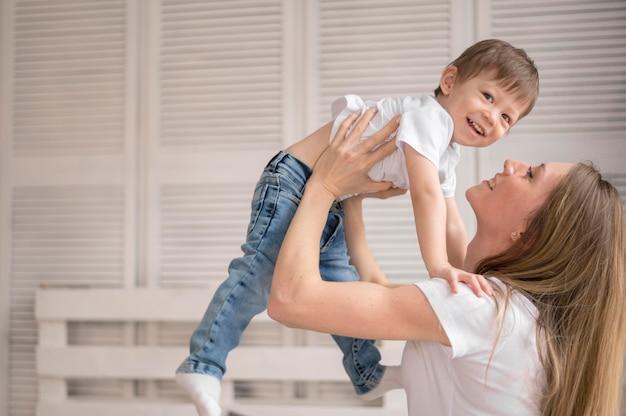 Mamma e figlio dell'angolo alto che giocano Foto Gratuite