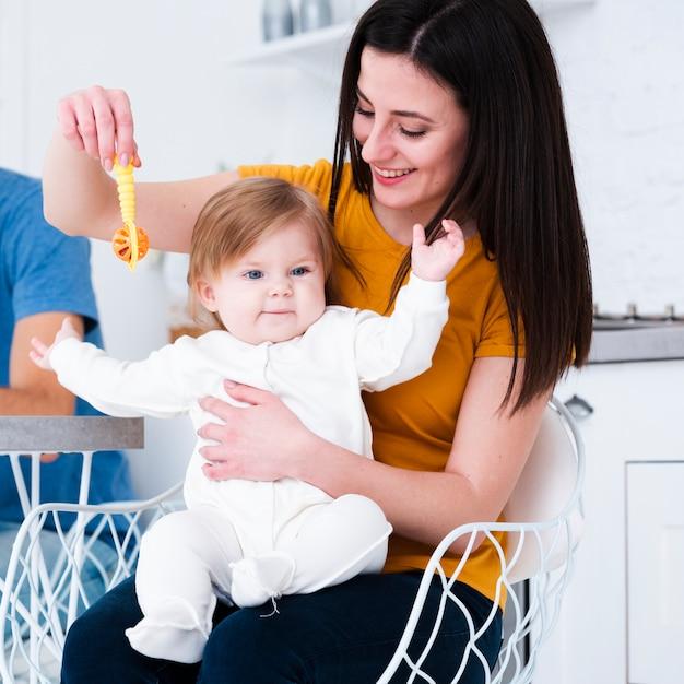 Mamma gioca con il bambino e il giocattolo Foto Gratuite