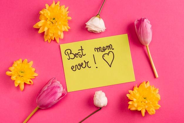 Mamma migliore mai scritta su carta gialla con fiori Foto Gratuite