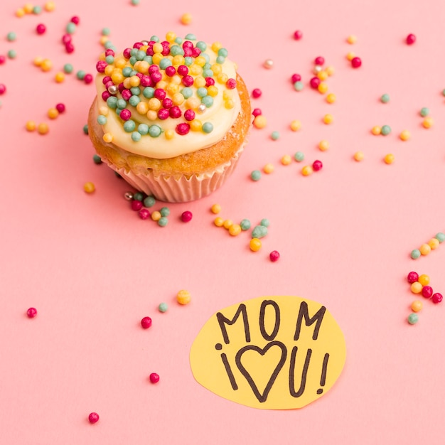 Mamma ti amo titolo su carta vicino cupcake Foto Gratuite