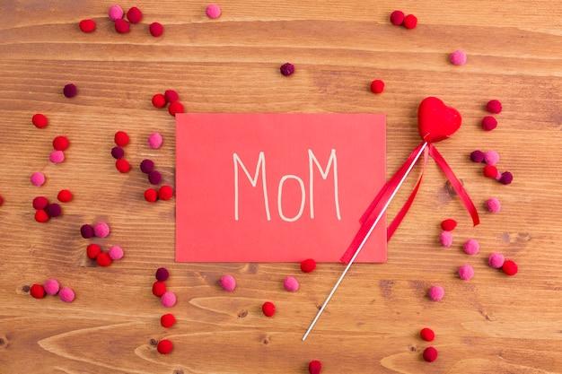 Mamma titolo su carta rosa vicino cuore decorativo Foto Gratuite