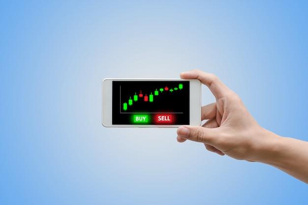 Man mano utilizzando smartphone trading con schermo virtuale. Foto Premium