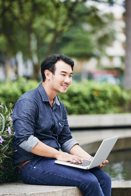 Man reading e-mail Foto Gratuite