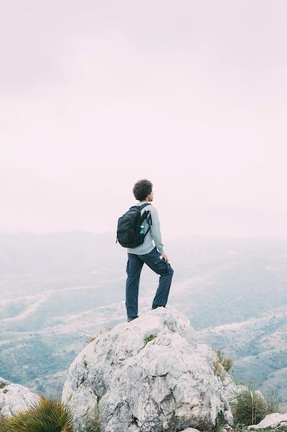 Man trekking in montagna Foto Gratuite