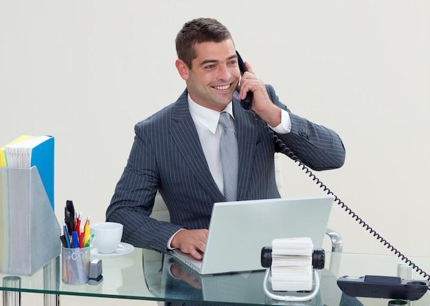 Manager al telefono nel suo ufficio Foto Premium