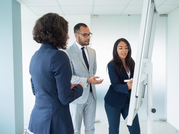 Manager che presenta la strategia aziendale ai clienti Foto Gratuite
