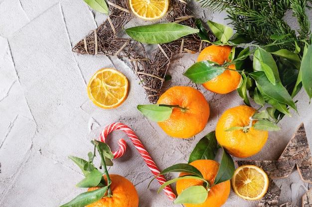 Mandarini con decorazioni natalizie Foto Premium