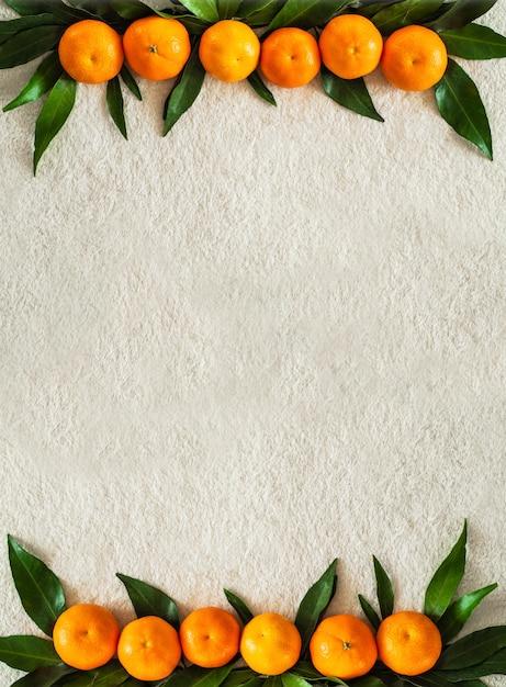 Mandarini con foglie su plaid bianco Foto Premium