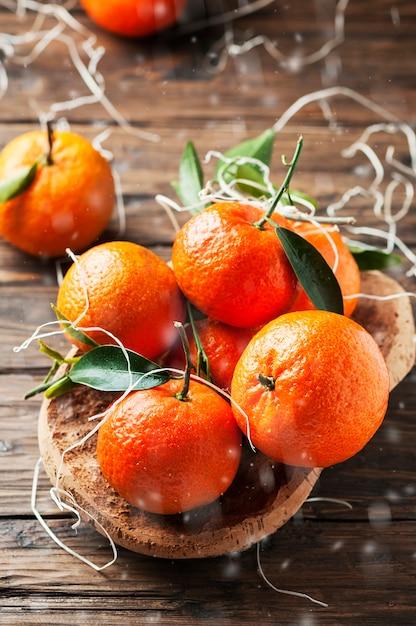 Mandarini italiani dolci sulla tavola di legno Foto Premium