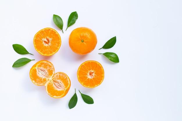 Mandarino fresco con foglie su sfondo bianco. Foto Premium