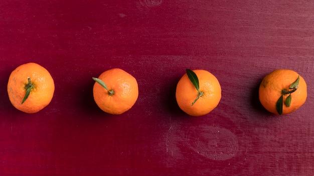 Mandarino organizzato con fondo rosso per il nuovo anno cinese Foto Gratuite