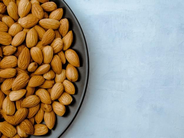 Mandorle sul tavolo azzurro, vista dall'alto Foto Premium