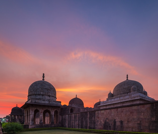 Mandu india, rovine afgane del regno islam, monumento alla moschea e tomba musulmana. cielo colorato all'alba, ashrafi mahal. Foto Premium