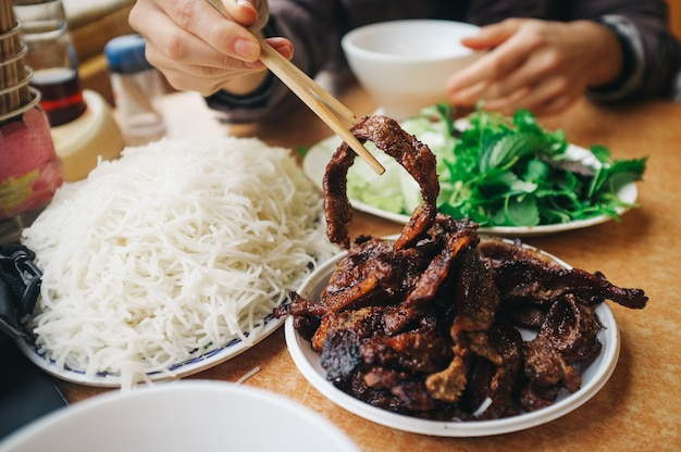 Mangiare cha cha vietnamita con le bacchette Foto Gratuite