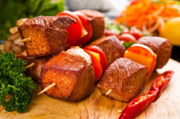 Mangiare fast food, su un piatto Foto Premium
