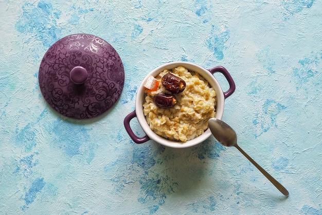 Mangiare sano, cibo per la colazione sano. porridge di farina d'avena con datteri. Foto Premium