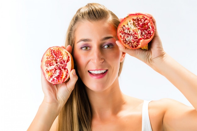 Mangiare sano, donna con melograno Foto Premium