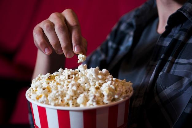 Mangiatore di popcorn al cinema Foto Gratuite