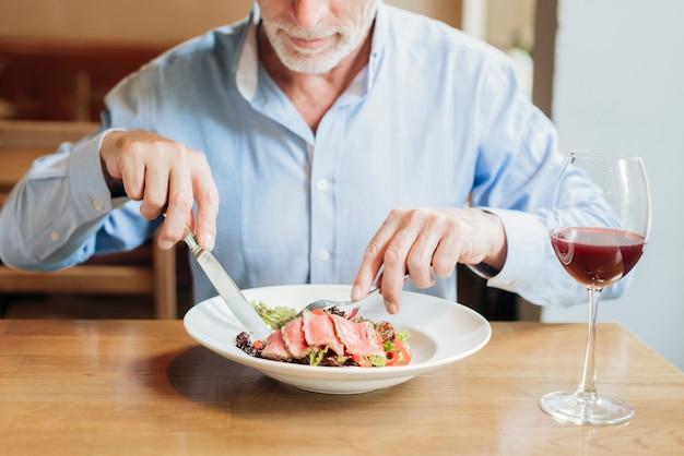 Mangiatore di uomini anziano del primo piano sano Foto Gratuite