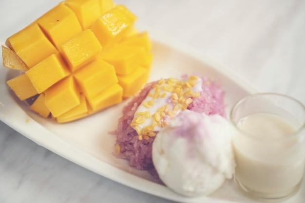 Mango maturo e riso appiccicoso, dessert tailandesi Foto Premium