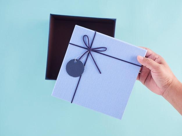 Mani aprendo confezione regalo, vista dall'alto. Foto Premium
