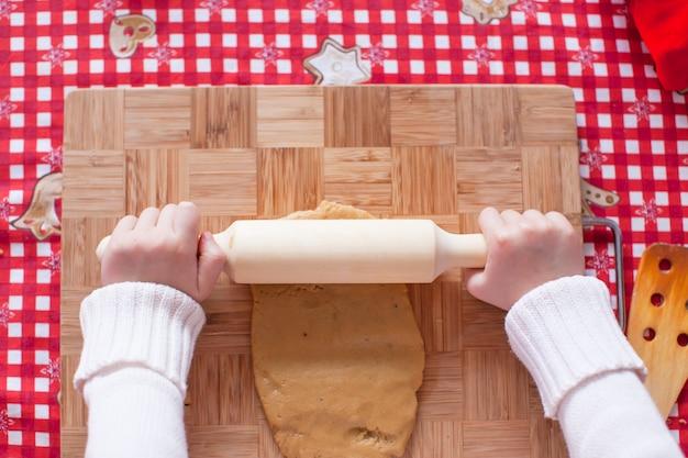 Mani che fanno da uomo di pan di zenzero di natale di pasta Foto Premium