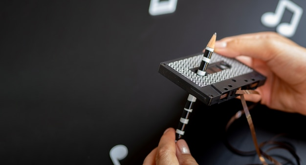 Mani che riparano un nastro con copia-spazio Foto Gratuite