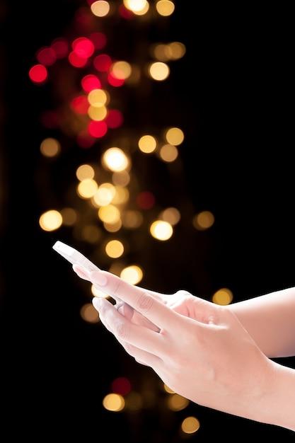 Mani Che Tengono Cellulare Su Sfondo Natale Sfondo Elegante Festivo