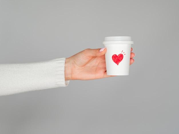 Mani che tengono la tazza di caffè di amore Foto Gratuite