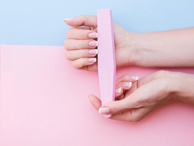 Mani curate che tengono limetta per unghie Foto Gratuite